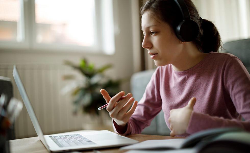 Nuori nainen keskustelee verkkopalaverissa.