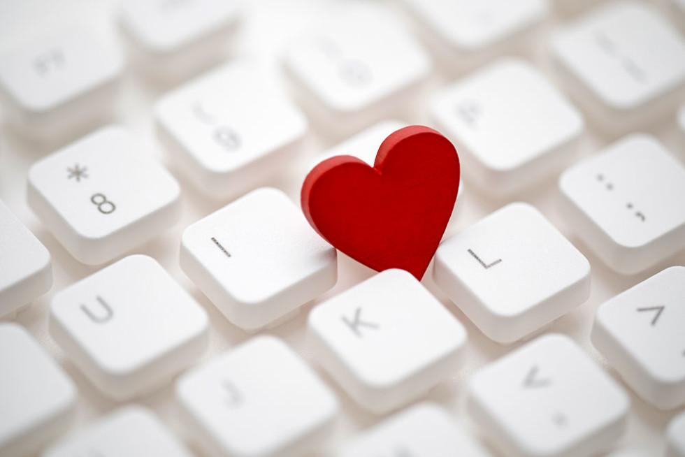 Punainen sydän valkoisella näppäimistöllä.