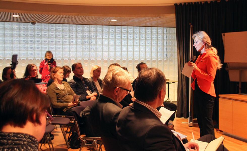 Kike Elomaa puhuu Pikkuparlamentissa.