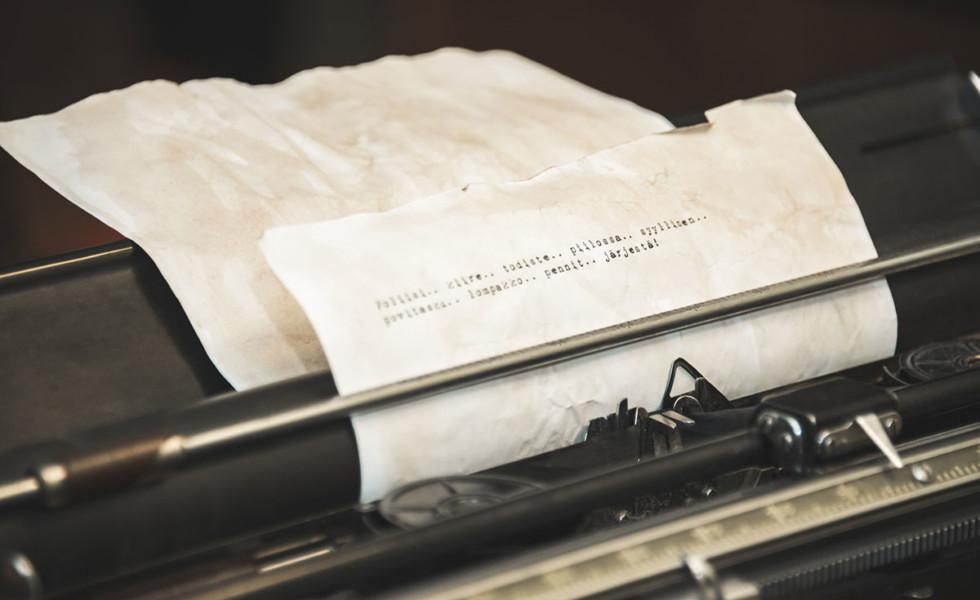 Paperiliuska vanhanaikaisessa kirjoituskoneessa.
