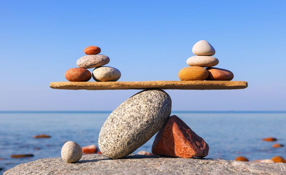 Symboline kivistä ja puusta rakennettu vaaka.